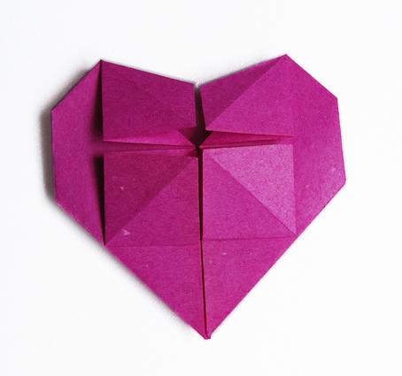 mod le origami de coeur en papier. Black Bedroom Furniture Sets. Home Design Ideas
